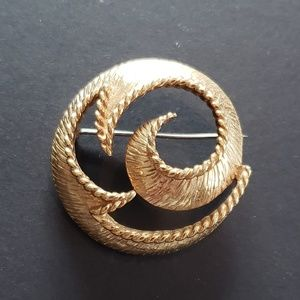 Jewelry - VINTAGE Round Faux Gold Brooch